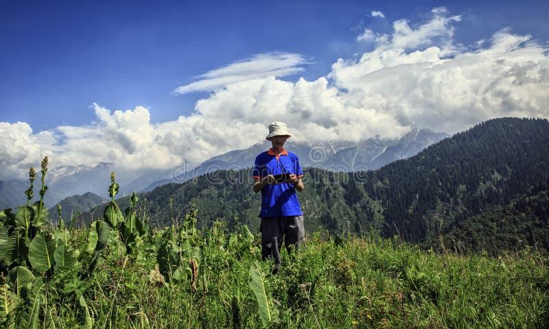 Nuvens sobre as montanhas fotografia de stock