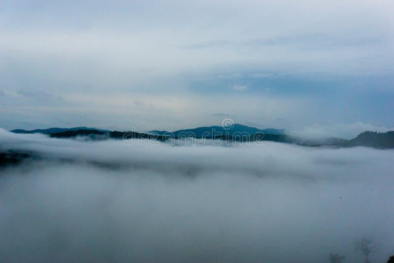 Nuvens sobre as montanhas fotos de stock royalty free