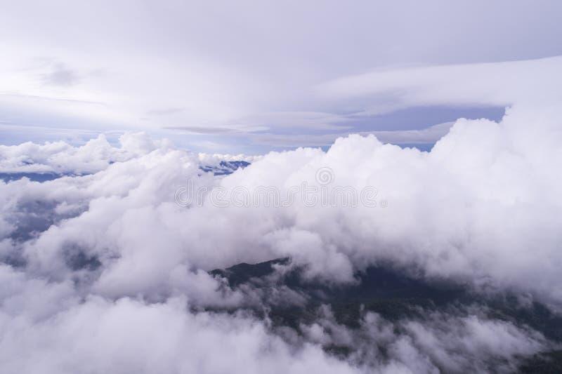 Nuvens sobre as montanhas imagens de stock royalty free