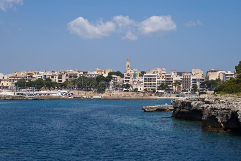 Nuvens sobre a estância turística de Porto Cristo, Majorca imagens de stock