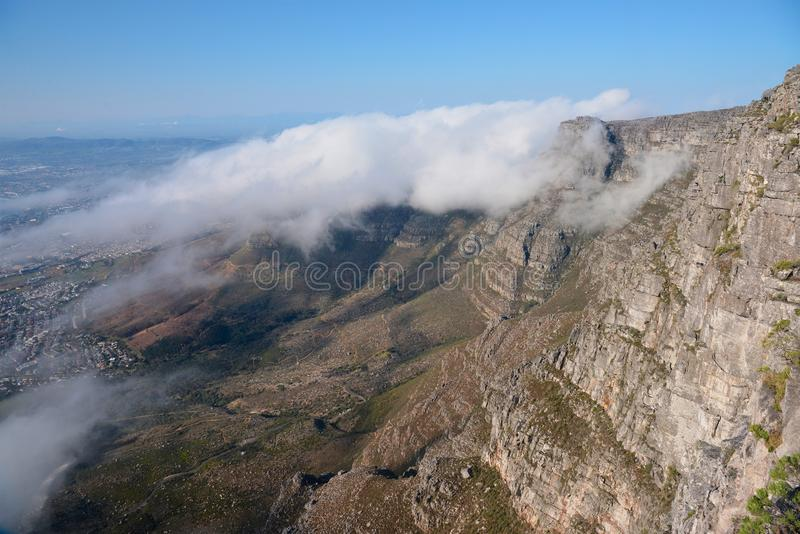 Nuvens sobre a montanha da tabela fotos de stock royalty free