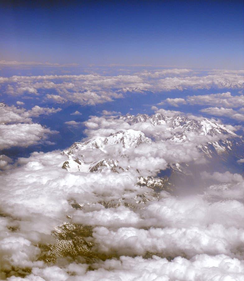 Nuvens sobre montanhas. fotografia de stock royalty free