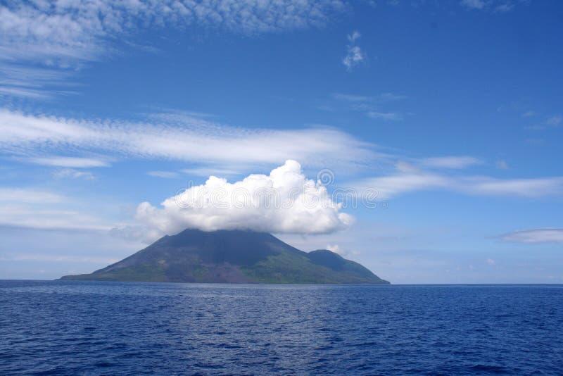 Nuvens sobre o console vulcânico foto de stock royalty free