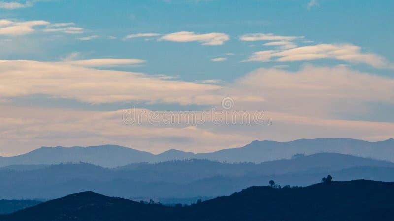 Nuvens sobre o lago Folsom do ponto de Beal imagens de stock