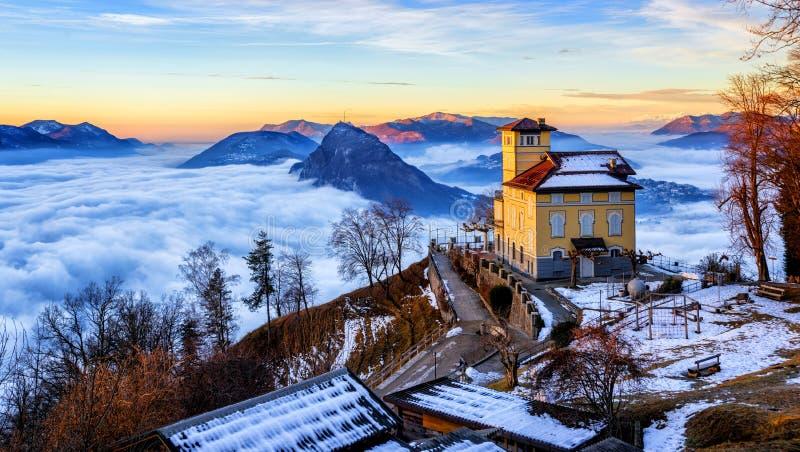 Nuvens sobre o lago Lugano, Suíça, no inverno imagens de stock