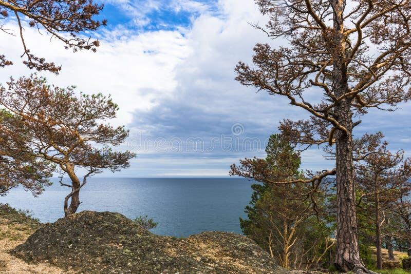 Nuvens sobre o lago o Baical imagem de stock royalty free