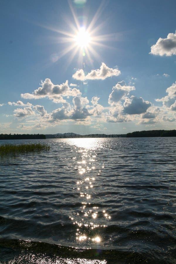 Nuvens sobre o lago Paisagem Siberian imagem de stock