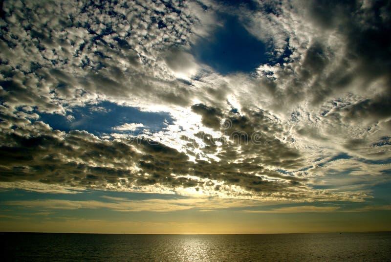 Nuvens sobre o oceano fotografia de stock