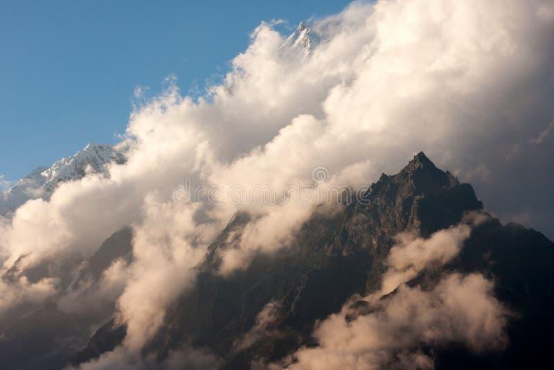 Nuvens sobre o pico de Langtang Lirung foto de stock