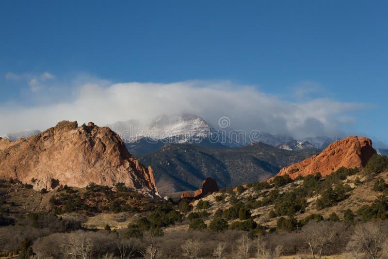Nuvens sobre o pico dos piques e o jardim dos deuses fotos de stock royalty free
