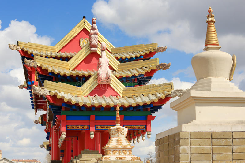 Nuvens sobre o templo budista Domicílio dourado da Buda Shakyamu imagens de stock royalty free