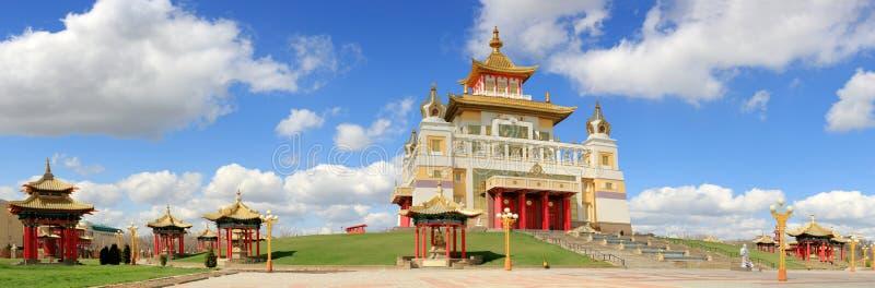 Nuvens sobre o templo budista Domicílio dourado da Buda Shakyamu fotografia de stock