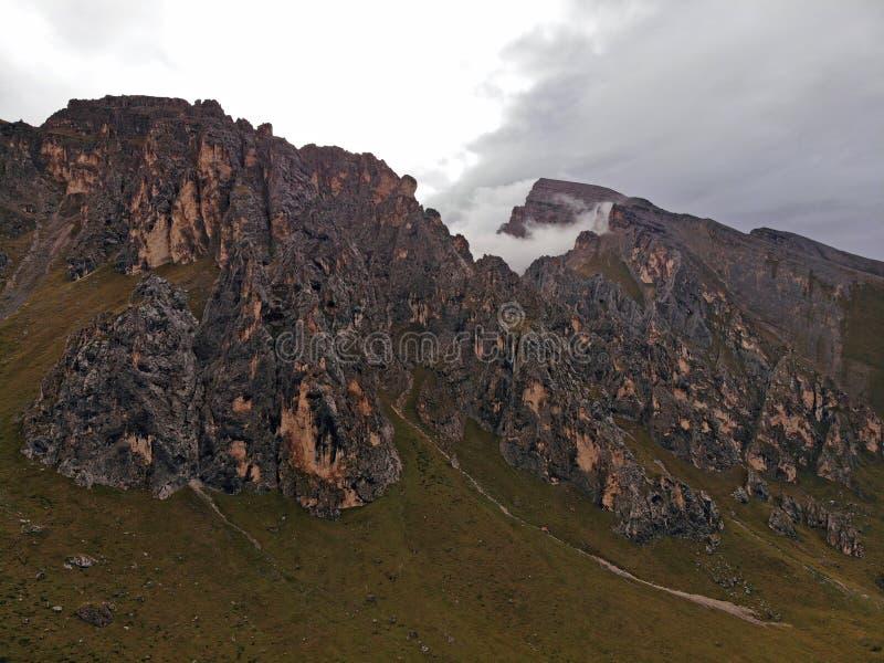 Nuvens sobre picos de montanha Névoa nas montanhas de Cáucaso fotos de stock
