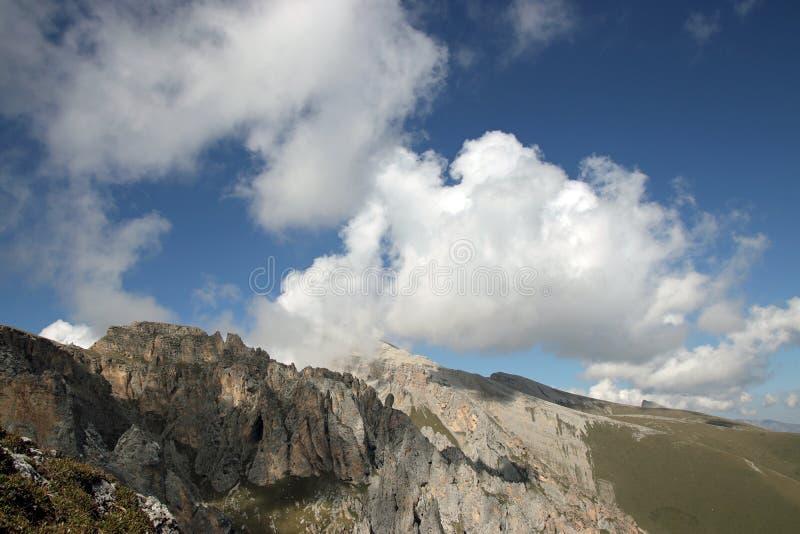 Nuvens sobre picos de montanha Névoa nas montanhas de Cáucaso fotografia de stock
