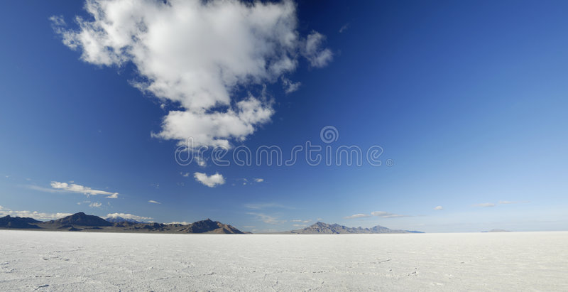 Nuvens sobre planos de sal de Bonneville, Utá imagem de stock