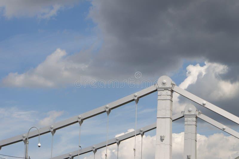 Nuvens sobre a ponte crimeana perto do parque da recreação de Gorky em Moscou imagens de stock royalty free