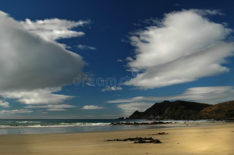 Nuvens sobre a praia imagens de stock