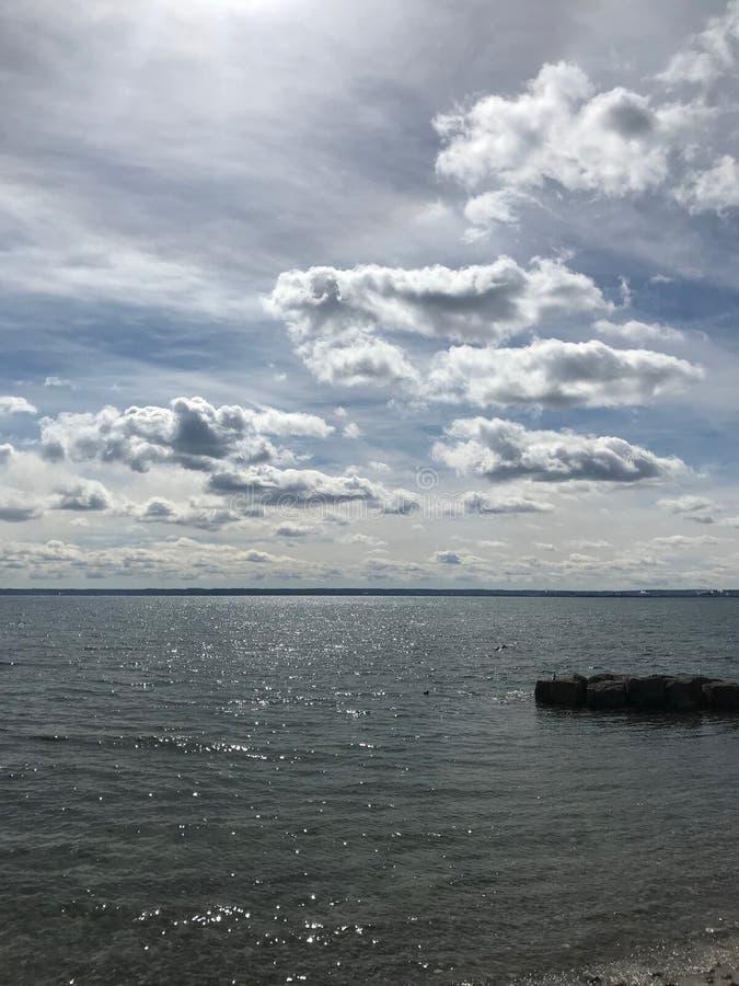 Nuvens Stratus e Cumulus sobre o Lago Ontário fotografia de stock