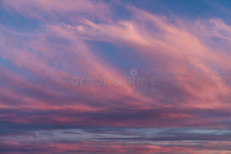 Nuvens surpreendentes do por do sol imagem de stock