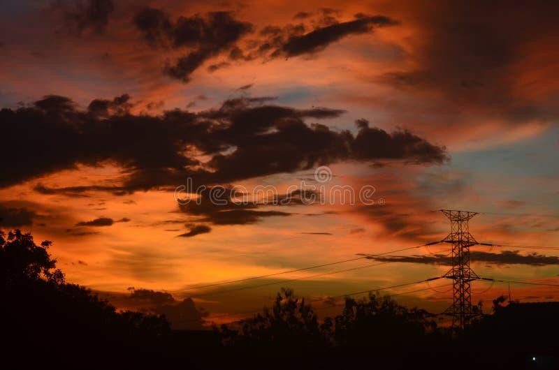 Nuvens surpreendentes nos céus da tarde foto de stock royalty free