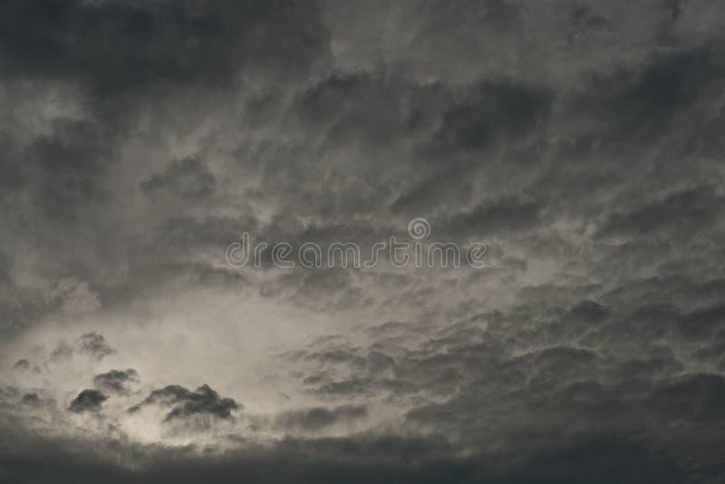 Nuvens escuras com luz foto de stock royalty free