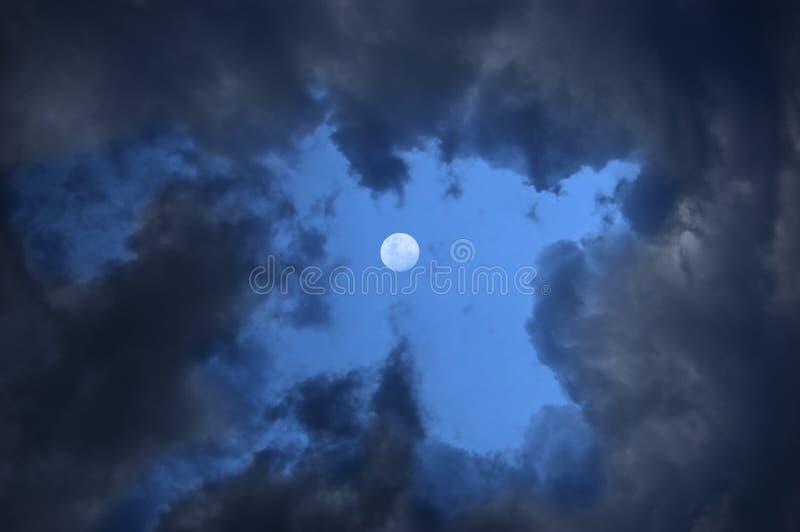 Nuvens tormentosos e lua foto de stock royalty free