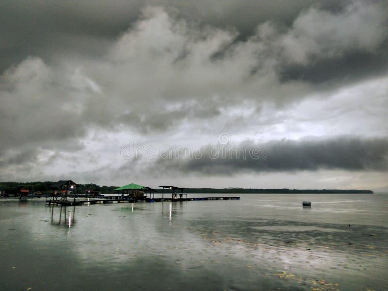 Nuvens tormentosos sobre o kelong imagens de stock