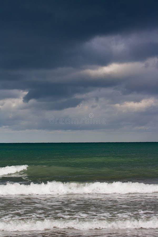 Nuvens tormentosos sobre o mar fotos de stock