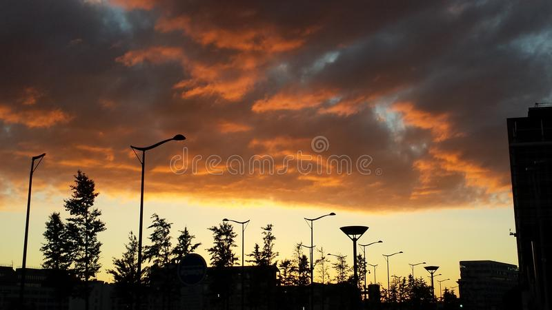 Nuvens urbanas do por do sol do espelho dos céus de BNF Paris fotos de stock