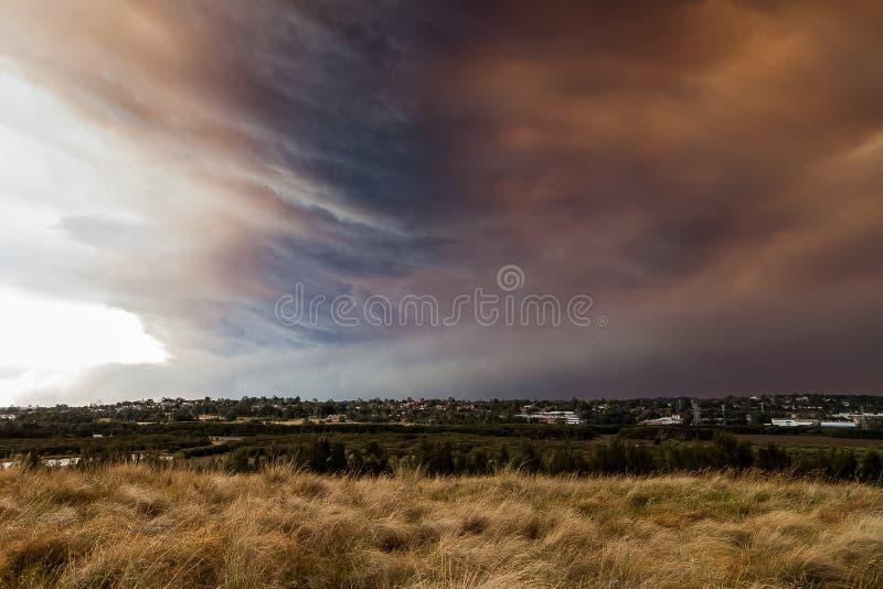Nuvens vívidas do fogo de Bush sobre Sydney suburbano foto de stock royalty free
