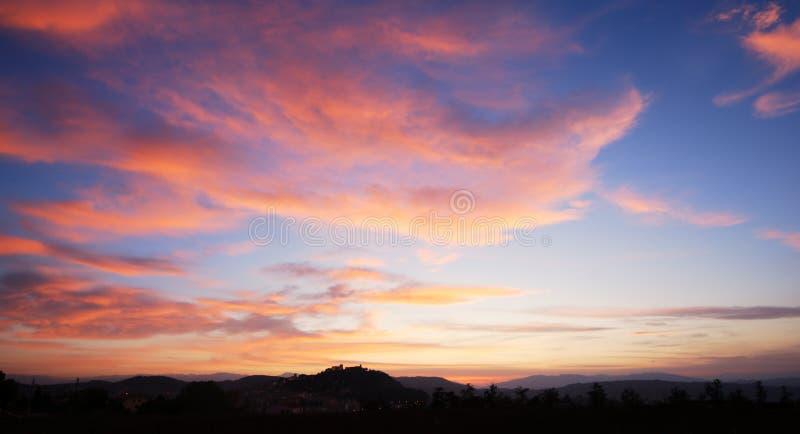 Nuvens vermelhas do por do sol fotos de stock royalty free