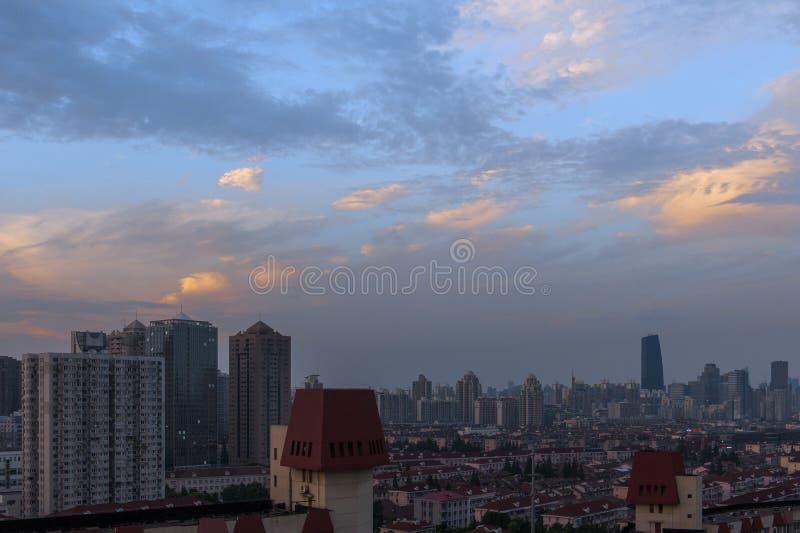Nuvens vermelhas sobre a cidade no verão imagem de stock royalty free