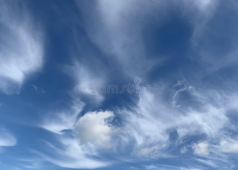 Nuvens Wispy em um céu azul fotos de stock