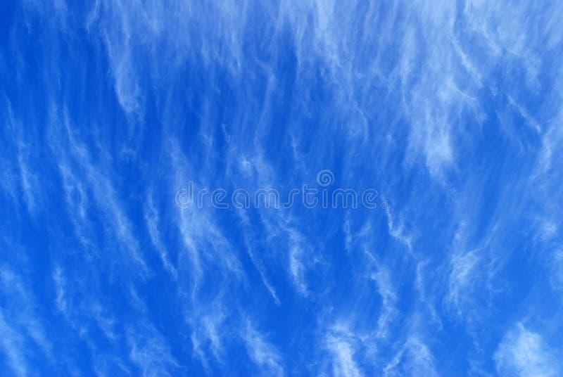 Nuvens Wispy no céu azul imagem de stock royalty free