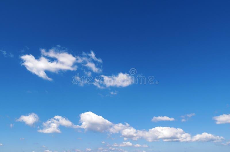 Nuvens Wispy no céu azul foto de stock