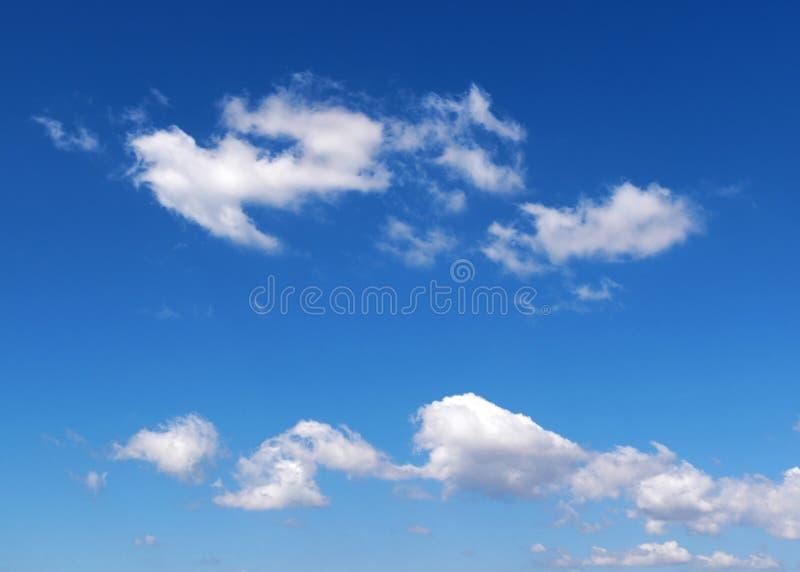 Nuvens Wispy no céu azul fotografia de stock royalty free