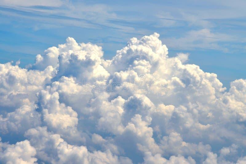 Nuvola bianca in cielo blu immagini stock libere da diritti