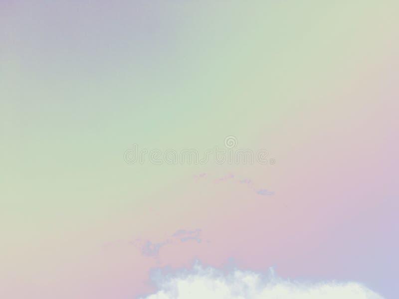 Nuvola bianca con il cielo variopinto come colore dell'arcobaleno dall'immagine del cielo blu fotografia stock