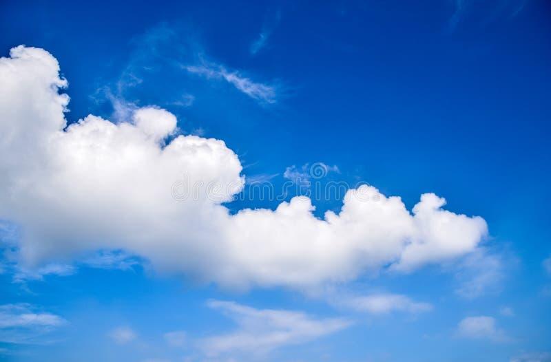 Nuvola bianca nel cielo blu - bello fondo della natura fotografie stock