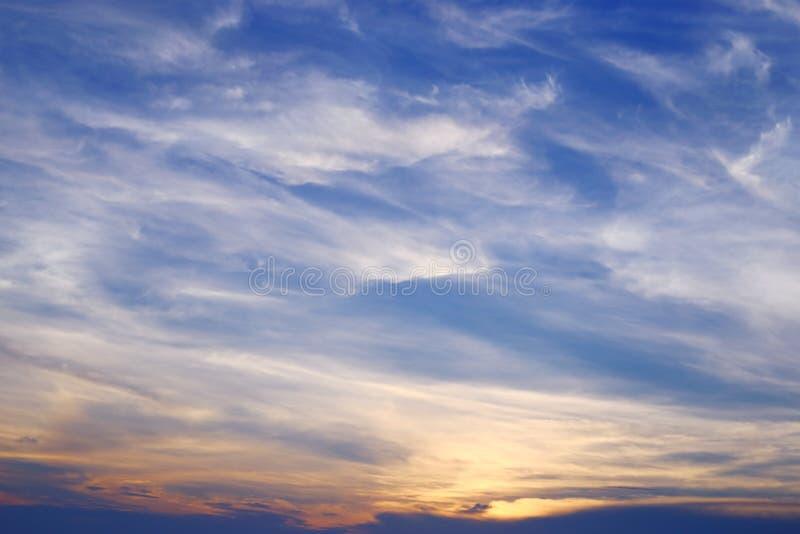 Nuvola bianca spanta su cielo blu fotografia stock