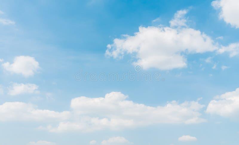 Nuvola bianca su cielo blu immagini stock