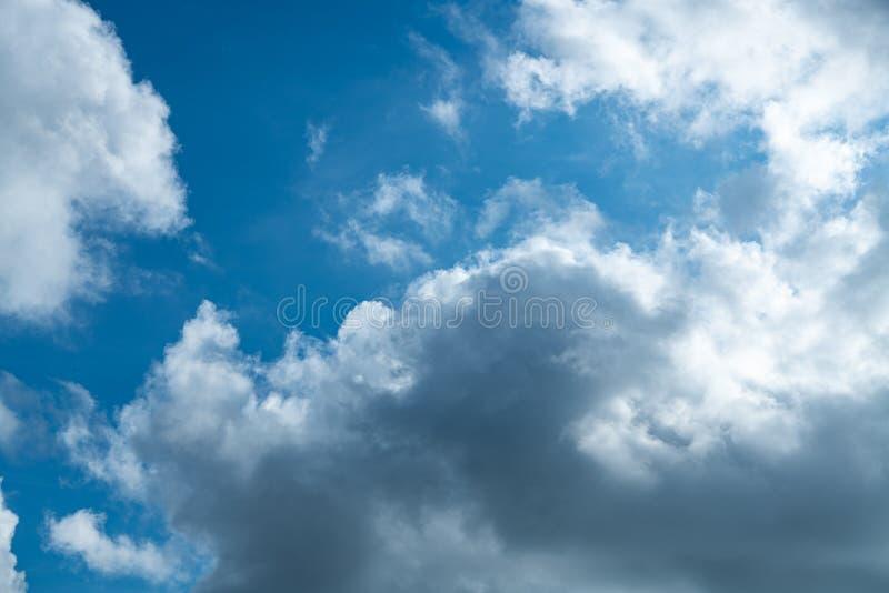 Nuvola bianca sul cielo azzurro all'ora giornaliera per lo sfondo fotografia stock libera da diritti