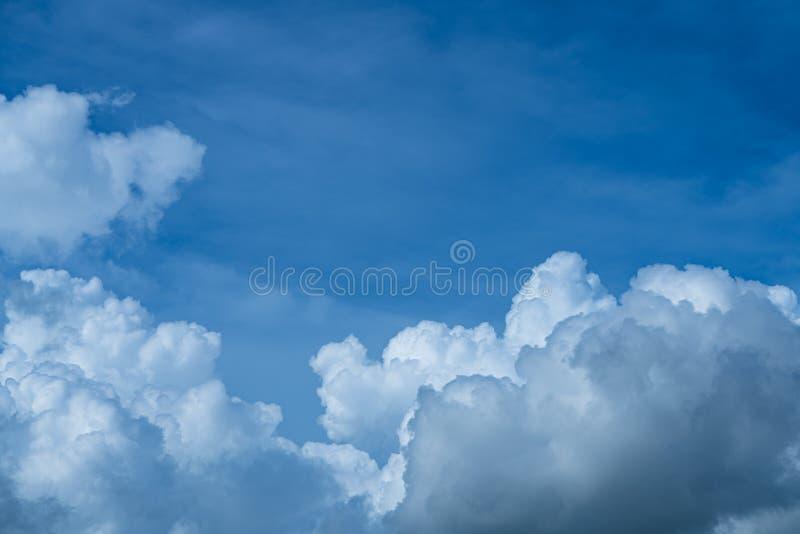 Nuvola bianca sul cielo azzurro all'ora giornaliera per lo sfondo fotografia stock
