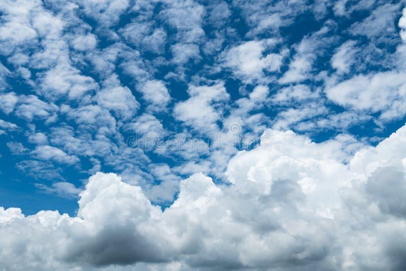Nuvola bianca sul cielo azzurro all'ora giornaliera per lo sfondo immagine stock