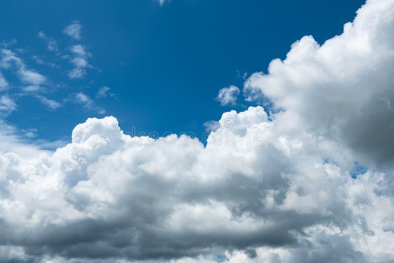 Nuvola bianca sul cielo azzurro all'ora giornaliera per lo sfondo immagine stock libera da diritti