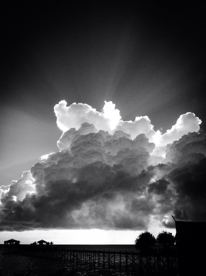Nuvola con il chiarore del sole immagine stock