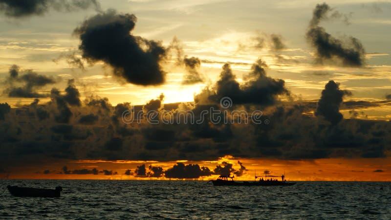 Nuvola del fuoco nel mare fotografia stock