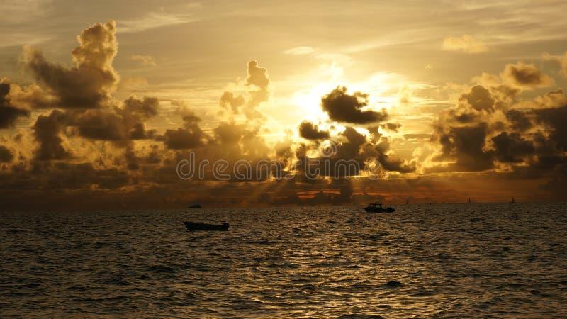 Nuvola del fuoco nel mare fotografie stock libere da diritti