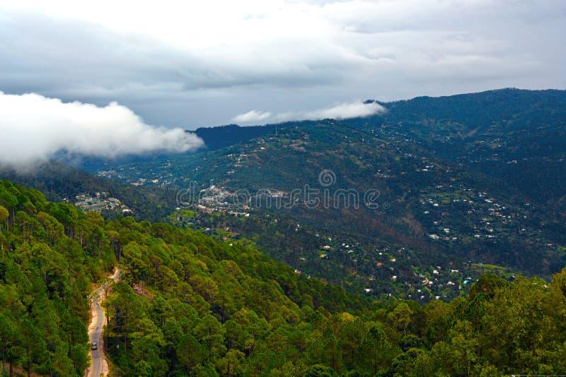 Nuvola di nimbus sulla montagna verde fotografia stock