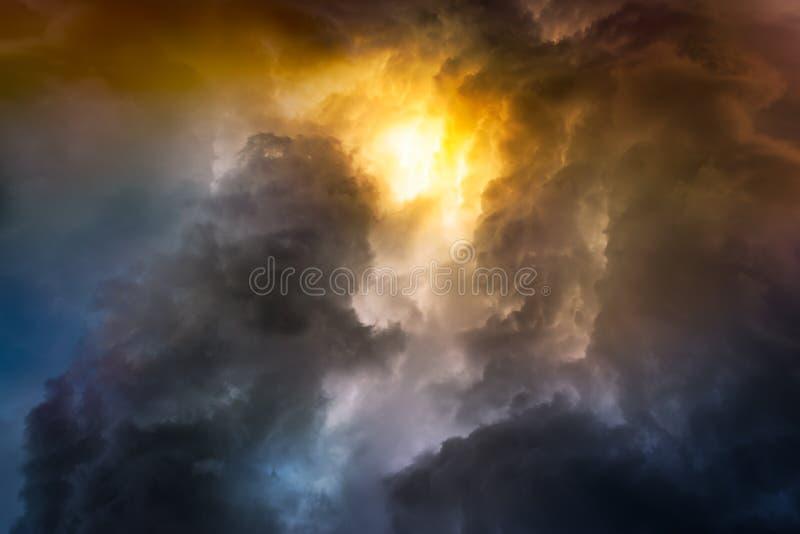 Nuvola di pioggia sul tramonto immagini stock